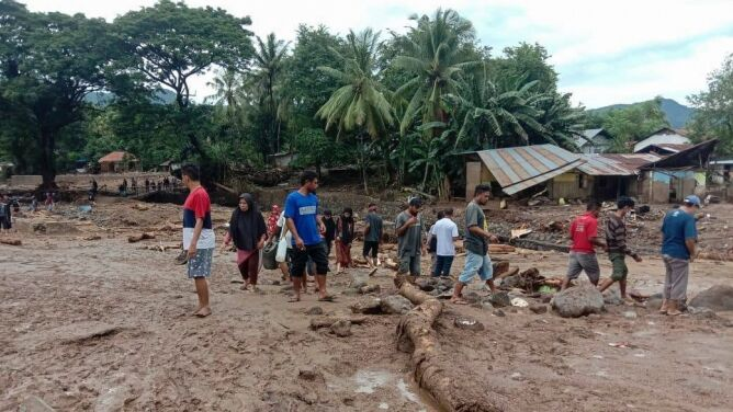 Domy pokryte błotem, wodą, lawą. Trwają poszukiwania ocalałych